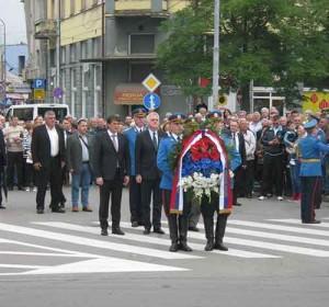 Predsednik Nikolić i ministar Gašić polažu vence