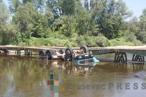 Pretovareni kamion sa peskom se sa pontonskog mosta srušio u Zapadnu Moravu kod Kukljina