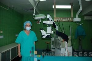 Doktor Rade Nedeljković pored novog oftalmološkog mikroskopa