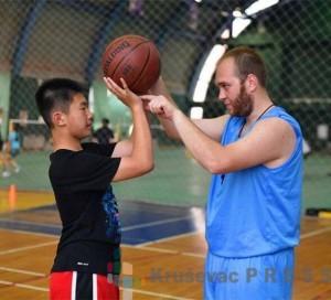Krusevac02 stefan raicevic poducava mlade kineze kosarci
