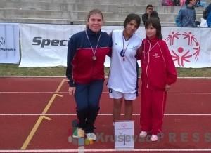 Ivana Vujičić, u sredini, sa zlatnom medaljom