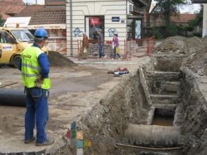 Toplovod je pukao na mestu gde se ukrštaju vodovodne, elektro i telefonske instalacije FOTO: S.Milenković