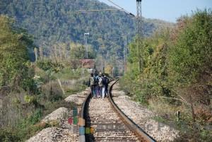 Izbeglice iz Avganistana u Zapadnu Evropu putuju pešice, prateći prugu Niš - Beograd FOTO: www.krusevacpress.com