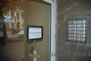 Umrlica na ulazu u zgradu u kojoj je živeo Desimir Sretenović - Tarabaš foto: S.Milenković