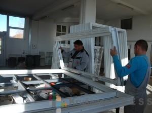 Izrada jednog prozora na modernim mašinama traje oko sat vremena FOTO: S.Babović