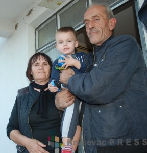 Dragica i Slavoljub Jovanović sa unukom Markom koji bi, jednog dana, trebalo da nastavi porodičnu tradiciju FOTO: S.Babović