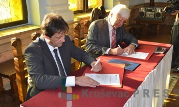 Bratislav Gašić, gradonačelnik Kruševca, i prof. dr Dragiša Ranđić potpisali su novembra 2012. godine Memorandum o saradnji Grada Kruševca i Beogradske poslovne škole