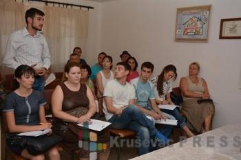 Zoran Tomić govori na skupu mesnog odbora SNS Lazarica