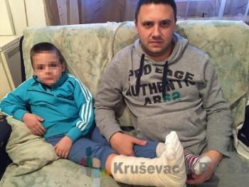 Danijel Đorđević i šestogodišnji D.S. koji je u igraonici zaradio trostruki prelom stopala FOTO: S. Milenković