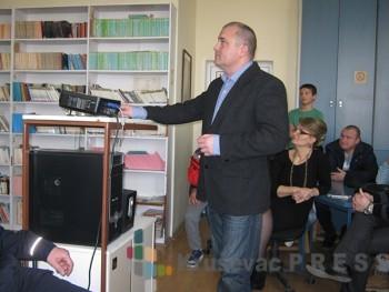 Nastavnik informatike Dragan Egerić dosta upozorava mlade kakve sve opasnosti vrebaju sa Interneta FOTO: S.Milenković