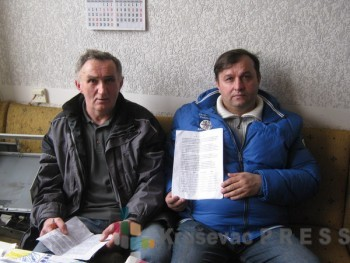 Miroslav Milošević i Goran Davidović sa peticijom koju je potpisalo više od 500 Bošnjanaca FOTO: S. Milenković