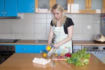 """Katarina Kanić deli svoje kuvarsko iskustvo preko Jutjub kanala """"Kuvaj uživo"""" FOTO: S. Milenković"""