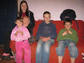 Desanka, Jelena, Uroš i Dragoljub odrastaju u trošnoj kući, bez elementarnih uslova FOTO: S. Milenković