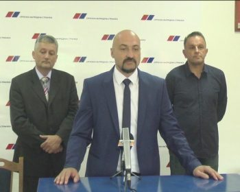 Radomir Milunović, Aleksandar Ćirić (za govornicom) i Radovan Popović potpisali su sporazum o formiranju koalicije SNS, SPS-JS i SPO u Trsteniku