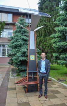 Dušan Aleksić pored solarnog punjača koji je konstruisao