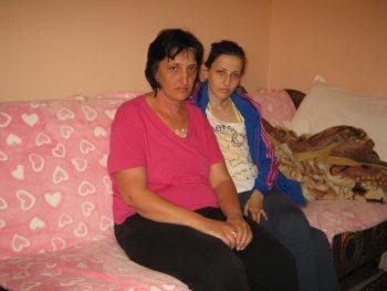 Katarina sa majkom Sanjom u porodičnom domu u Čitluku FOTO: S. Milenković