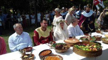 Bogdan i Ivana za srednjevekovnom svadbenom trpezom