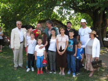 """Ekipa serije """"Selo gori a baba se češlja"""" sa porodicom Bojinović iz Teslića FOTO: S. Milenković"""