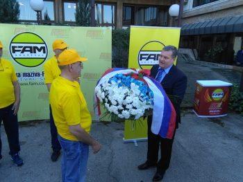 Vladica Petrović, direktor Fabrike maziva, predaje venac koji će biti položen na spomen-kosturnicu na Kajmakčalanu FOTO: S. Milenković