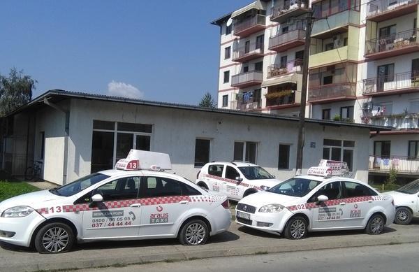 Izbušene gume na tri taksi vozila