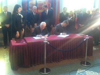 Hans Oto Kromberg i Goran Knežević, ministar privrede u Vladi Srbije, potpisuju ugovor FOTO: CINK - S.Milenković