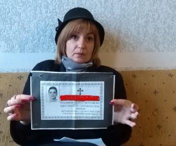 Sanja Trajković sa umrlicom brata blizanca koji je preminuo pre devet godina FOTO: CINK - S.Milenković
