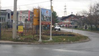 Putokaz za crkvu je potpuno zaklonio putokaz koji pokazuje skretanje za Aleksandrovac FOTO: D.Gmijović