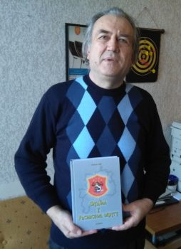 Milorad Sijić sa enciklopedijom kruševačkog fudbala FOTO: CINK - S.Milenković