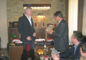 Predrag Danilović prima poklon za ćerku Olgu od gradonačelnika Kruševca FOTO: CINK - S.Milenković