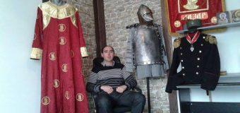 Nastavnik tehničkog pravi vojne uniforme i srednjevekovne odore