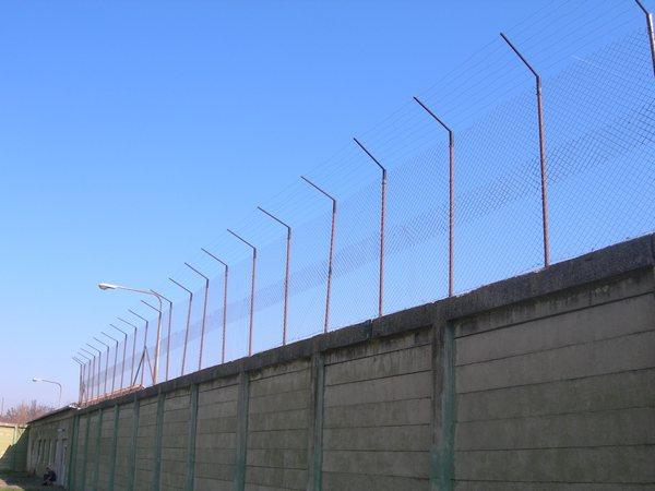 sivi dom ograda