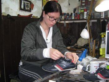 Jelena Veljković je jedina žena u Rasinskom okrugu koja se bavi obučarskim zanatom FOTO: CINK - S.Milenković