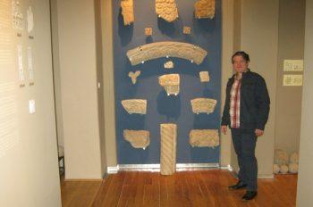 Arheolog Marin Bugar pored eksponata iz perioda Moravske Srbije FOTO: CINK - S.Milenković