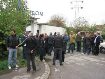"""Bivši radnici """"Savremenog doma"""" ispred ulaza u fabriku FOTO: CINK - S.Milenković"""