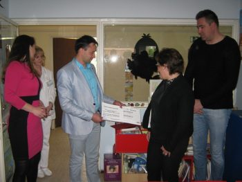 Predrag Milenković uručio je direktorki Opšte bolnice dr Vesni Stević Gajić ček na 162.000 dinara FOTO: CINK - S.Milenković