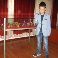 Vukašin sa figuricama životinja koje je izvajao FOTO: CINK - S.Milenković