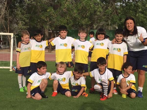 tanja andjelkovic sa decom iz svoje fudbalske akademije