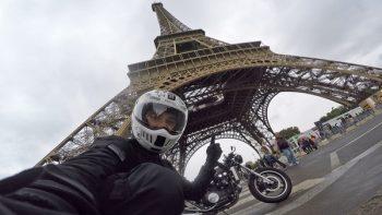 Ispred Ajfelovog tornja u Parizu