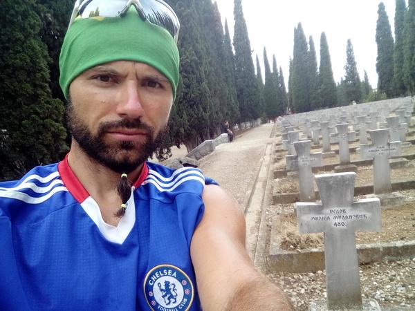 milos milanovic na zejtinliku pored spomenika svog pretka