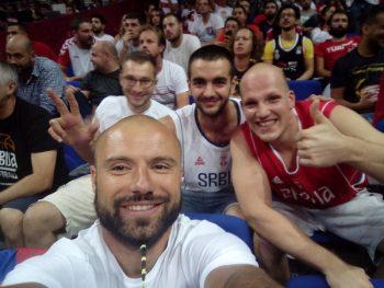 Miloš sa navijačima Srbije