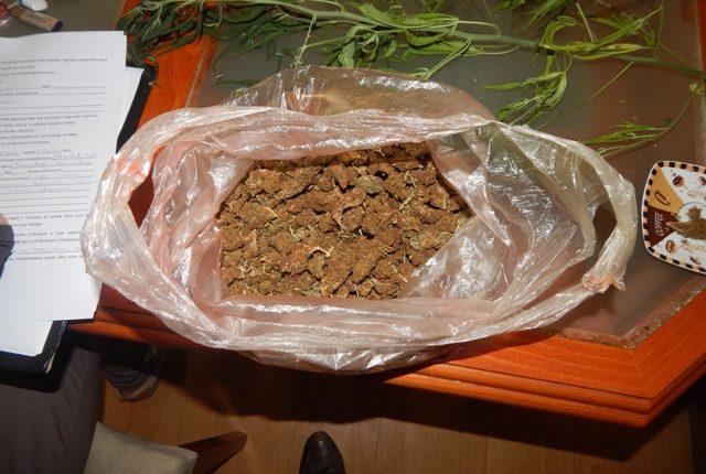 """AKCIJA POLICIJE: U """"fordu"""" pronađeno 1,7 kilograma marihuane"""