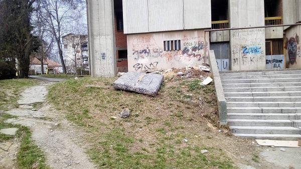 KOMUNALNA PATROLA: Otpad ispod prozora