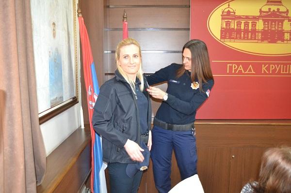 DONACIJA ZA KOMUNALNU POLICIJU: Bratislav Gašić poklonio nove letnje uniforme
