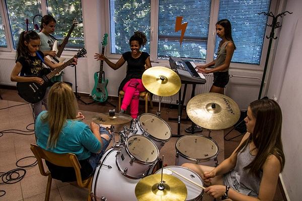 """U AKC """"GNEZDO"""": Besplatne radionice za devojčice koje žele da sviraju bubnjeve i gitaru!"""